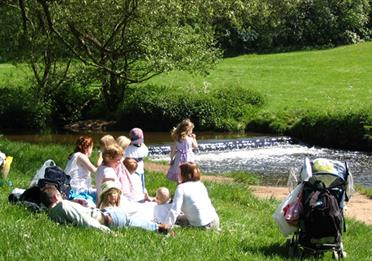 Bollin Valley Family picnicing