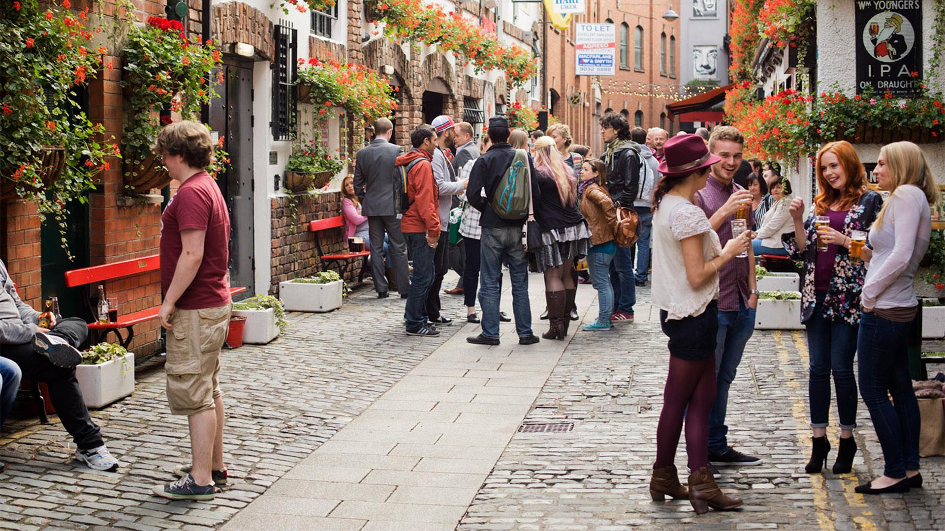 UK: Cross-Border Revellers from Ireland pack Belfast Pubs as Dublin Halts Re-Openings