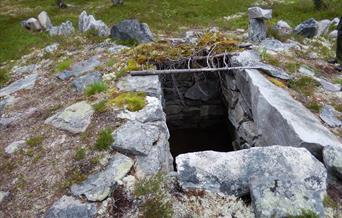 Fangstanlegget-reinsgrav, Romenstad hytter