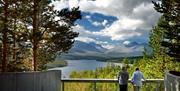 Turister på Sohlbergplassen, Nasjonal turistveg Rondane, nyter utsikten over Rondane og Atnsjøen.