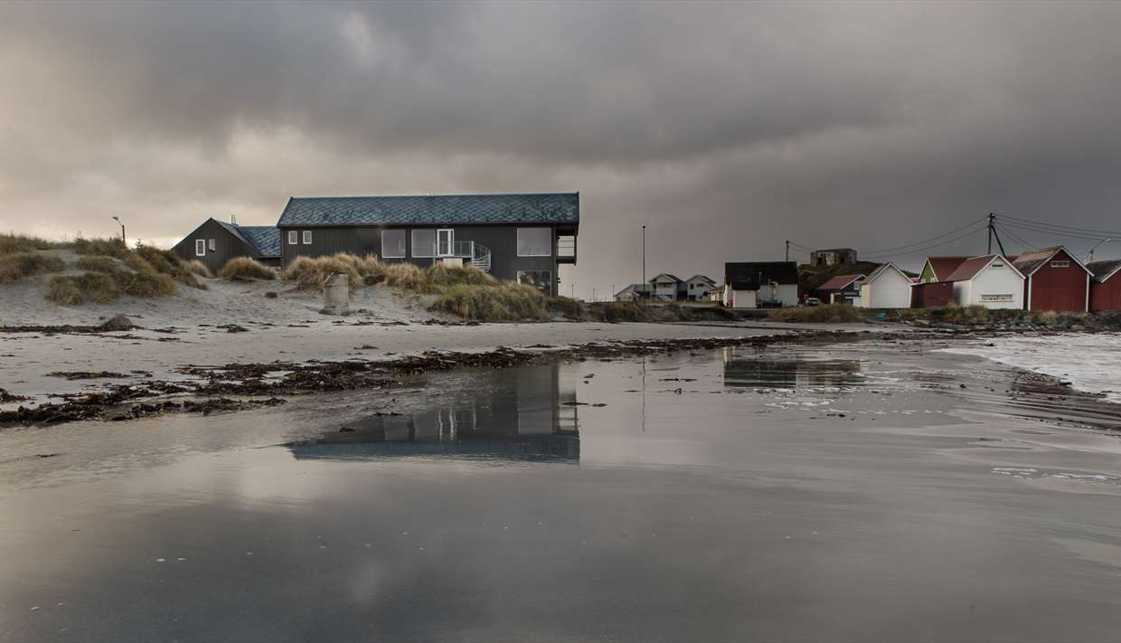 You can't come any closer to the North sea without being wet. Finally a beach house at Ølberg with a restaurant open every day!