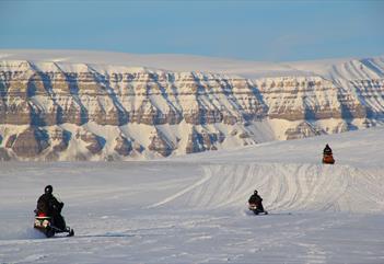 Gjester som kjører snøscootere