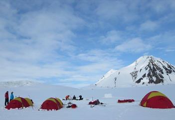 Arctic camp: Fottur med en overnatting i telt - Svalbard Wildlife Expeditions