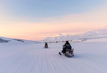 Personer som kjører snøscooter