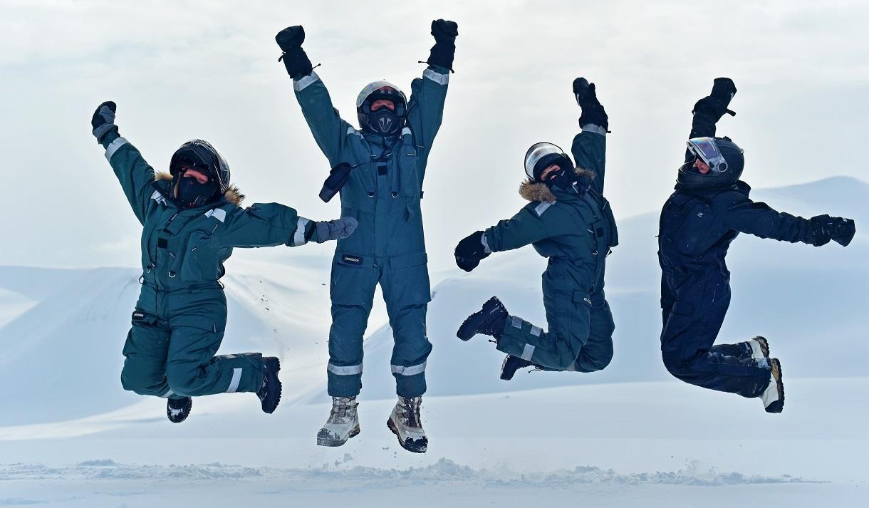 En gruppe gjester som hopper