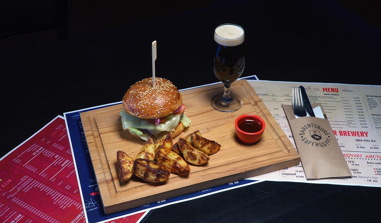 Et burgermåltid på en tretallerken