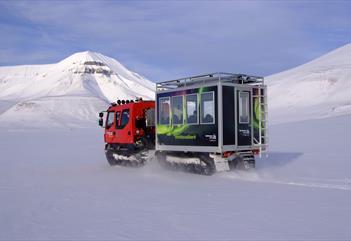 Beltevogn som kjører på snøen