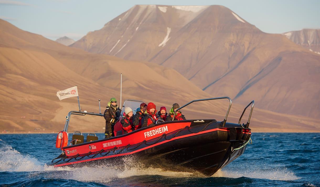 En turgruppe om bord en RIB båt