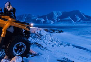 ATV med fjell i bakgrunnen