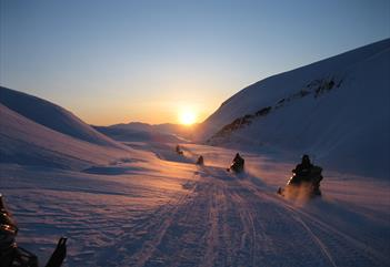 Evening tour to Barentsburg with traditional Russian dinner - Spitzbergen Adventures