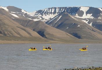 Kajakk i midnattsol med strandhugg - Spitsbergen Outdoor Activities