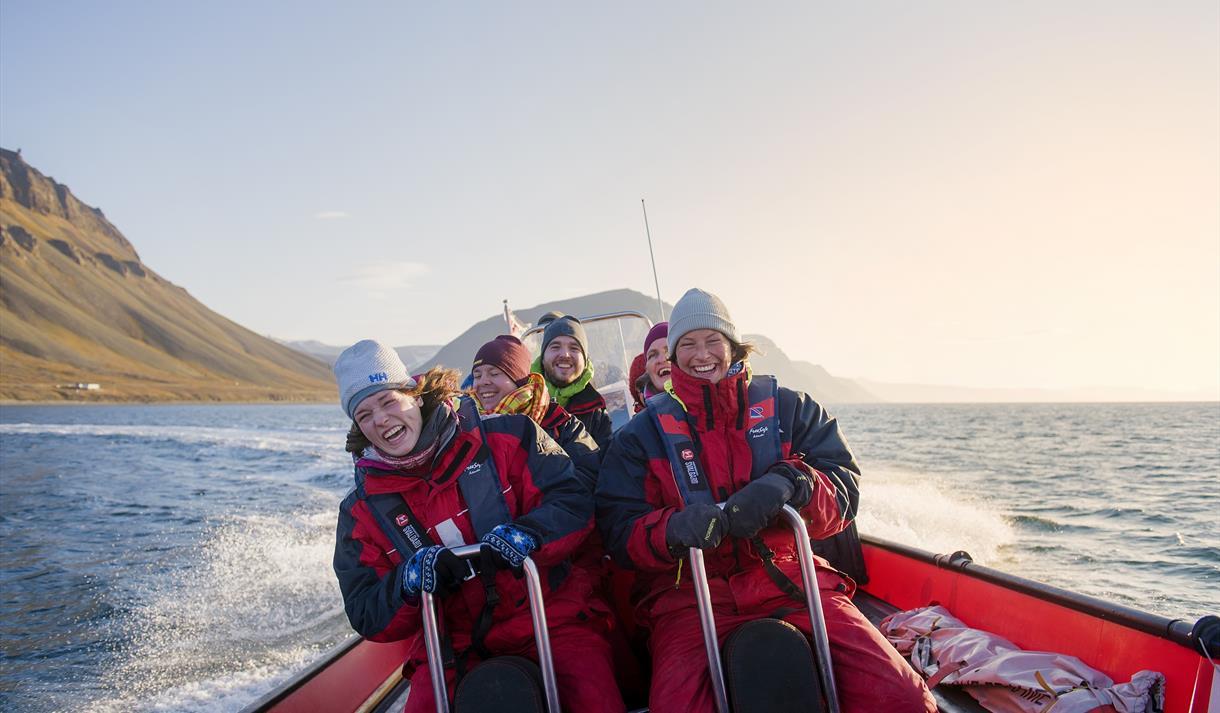 Gjester som koser seg om bord en RIB båt