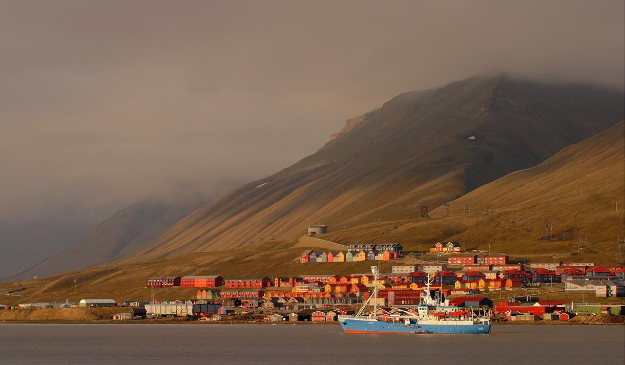 Longyearbyens bygninger i kveldssol