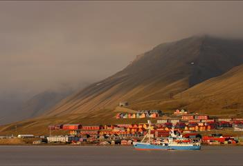 The buildings of Longyearbyen in the evening sun