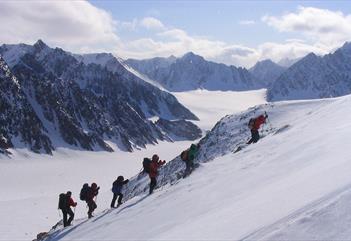 En turgruppe som klatrer opp et fjell