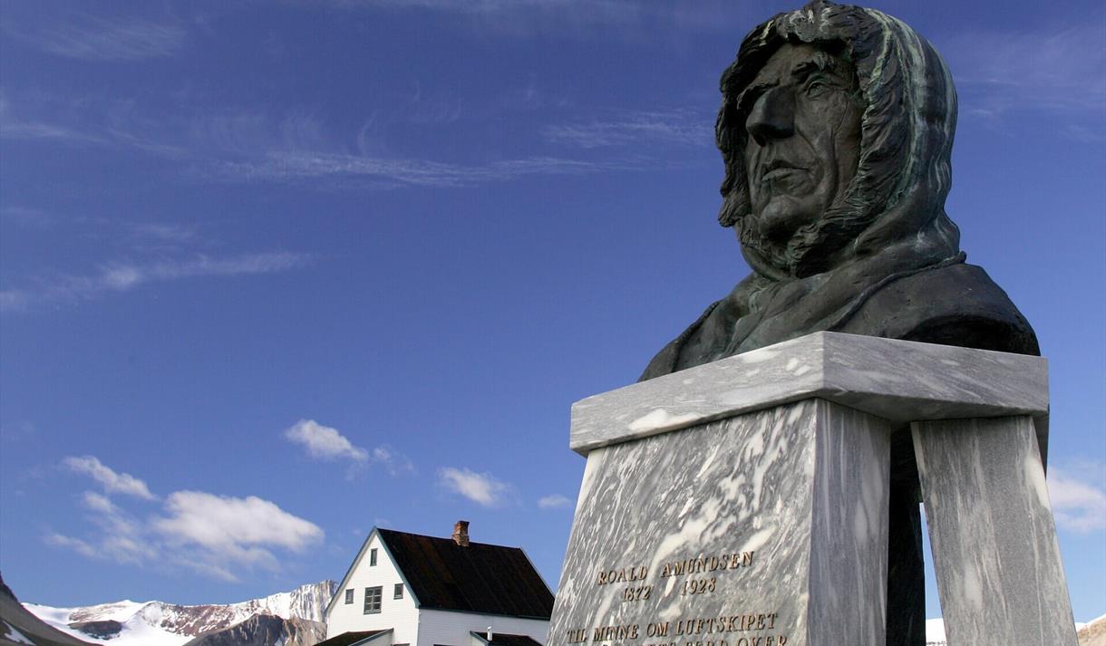 En byste av Roald Amundsen i Ny-Ålesund