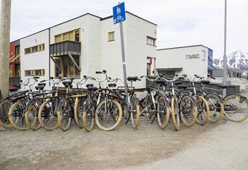 Utleiesykler som står på et sykkelstativ