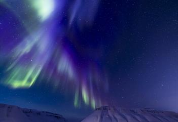 Blå og lilla nordlys over fjella