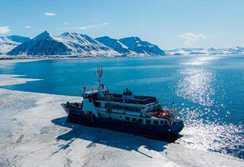 MS Billefjord som seiler langs iskanten