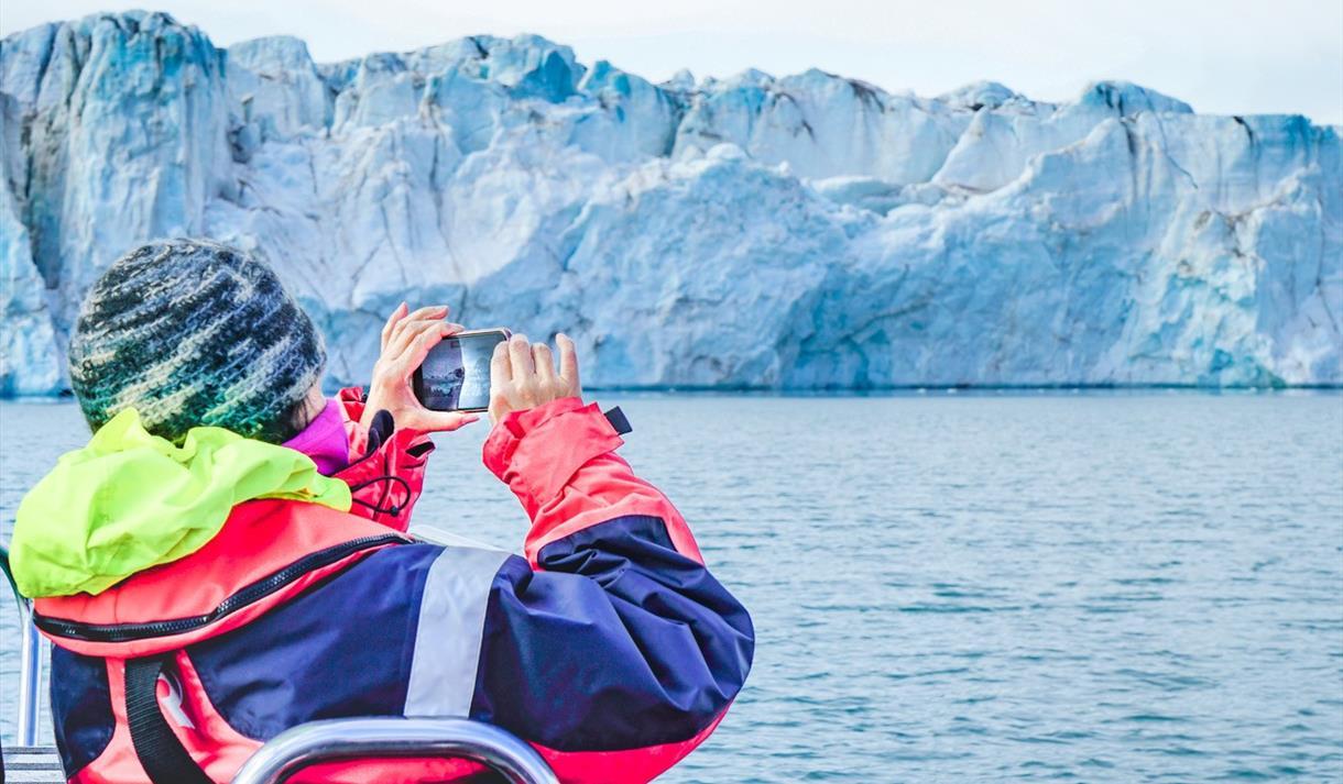 En person som tar bilde av en isbre
