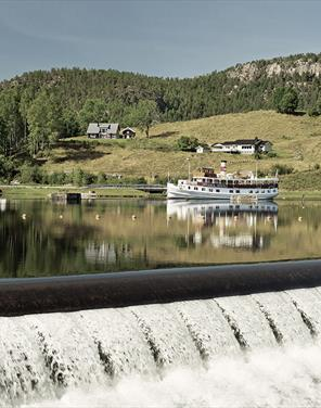 Kanalbåten MS Henrik Ibsen ved Lunde på Telemarkskanalen