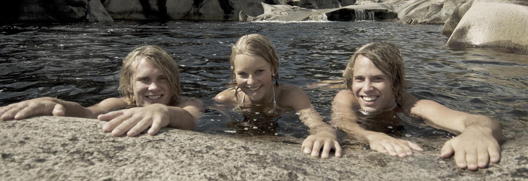 Barn som bader i jettegrytene