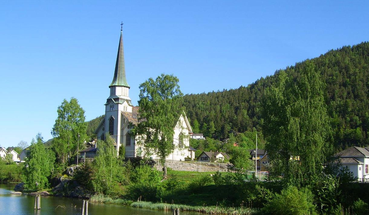 Skotfoss Kirke som like før Løveid Sluse i Telemarkskanalen
