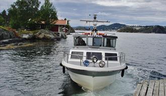 En taxibåt legger til kai på Skåtøyroa.