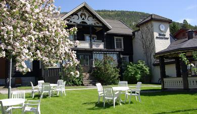 Epletrehagen på Straand Hotel om våren