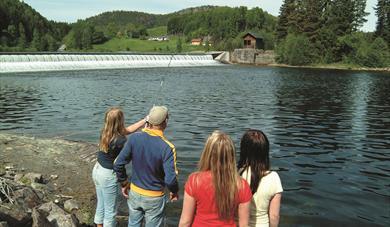 DAM: Ved Kjeldal sluse er vannfallet i bakgrunnen laget av en gummidam. Vannet holdes igjen av ei gummipølse, som er fylt med luft. Når vannet skal slippes over dammen, tømmes bare noe av lufta ut av pølsa.