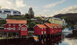 Handelsbuene i prestestranda i Drangedal med turistbåten Tokedølen