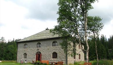 Museumsbygningen i kila granitt på Øyfjell bygdemuseum