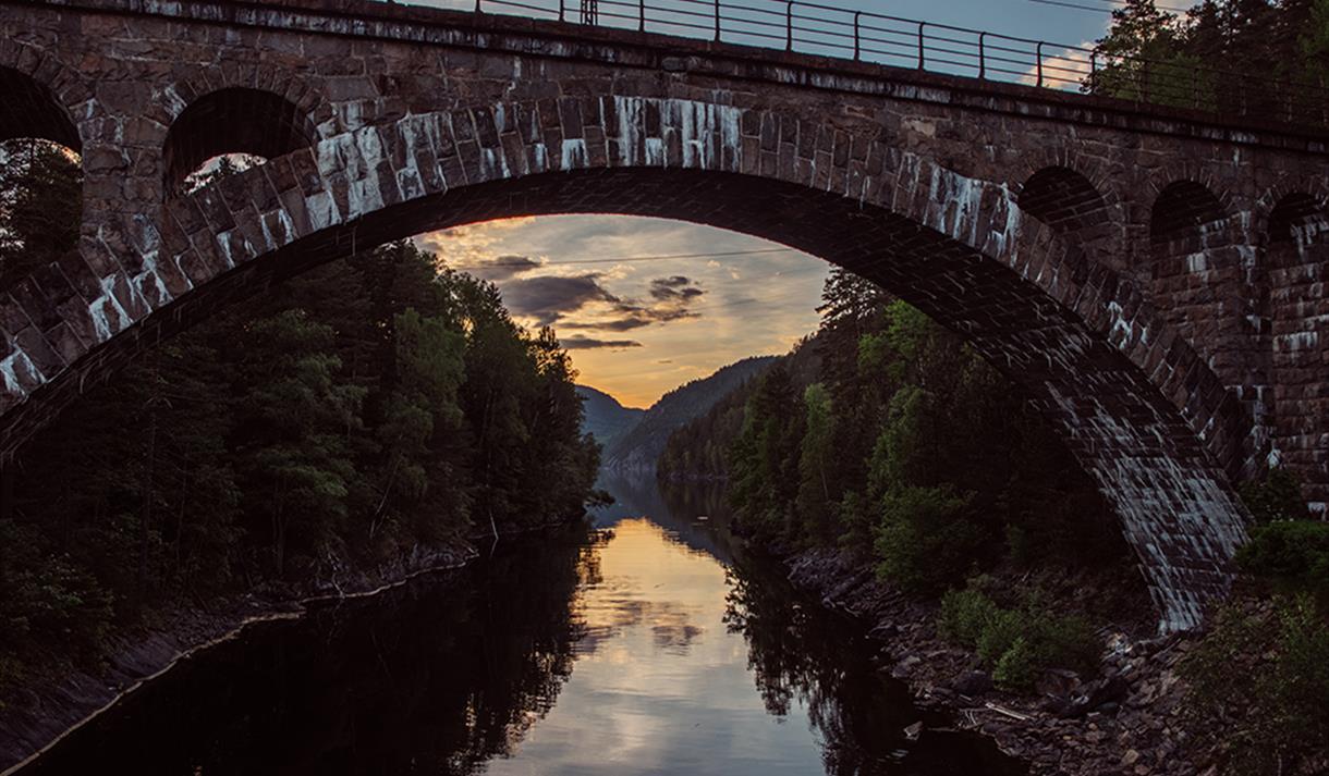 vakker bro i stein,om kvelden