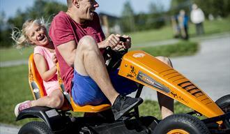 far og datter kjører X-Cross biler hos Foldvik Familiepark