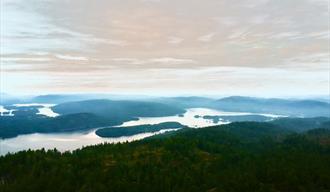 utsikt fra Dyvikheia - vakker himmel,skog og innsjø
