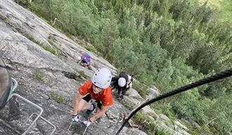 Gutt i klatrevegg opp til Hegneknuten