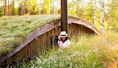 dame foran en hytte ved mikrohyttene i Kragerø