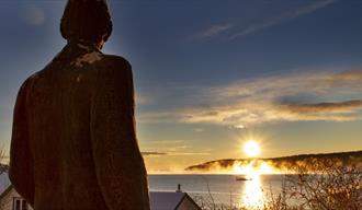 Edvard Munch statue og soloppgang i Kragerø