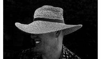 Foto av en mann med hatt. Fotograf Sølvi Strand