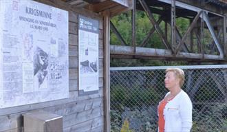 dame ser på oppslagstavla til krigsminnesmerket Sønderåbrua