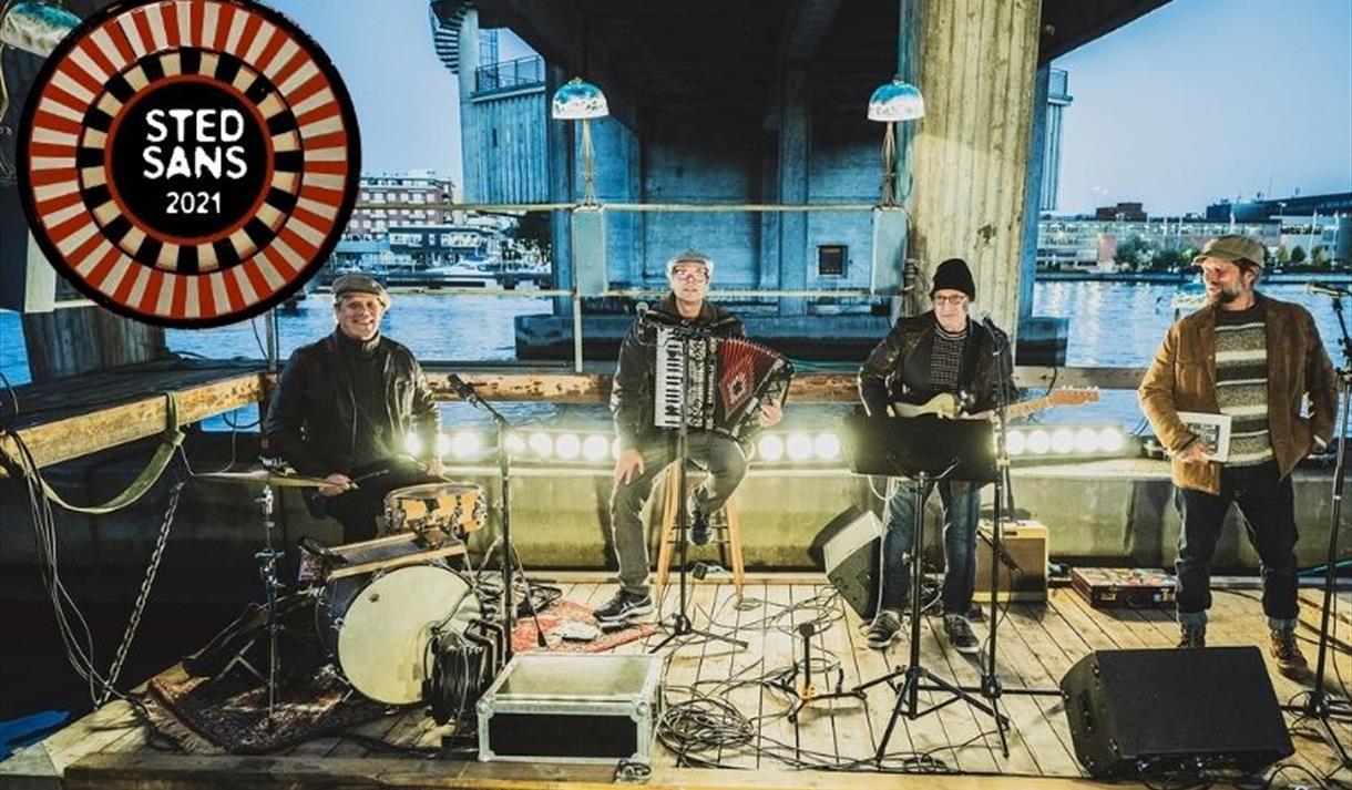 Stedsans 2021: Musikere på en scene under Porsgrunnsbrua