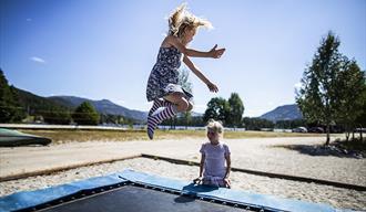 children jump on the trampoline at Straand Sommerland in Vrådal