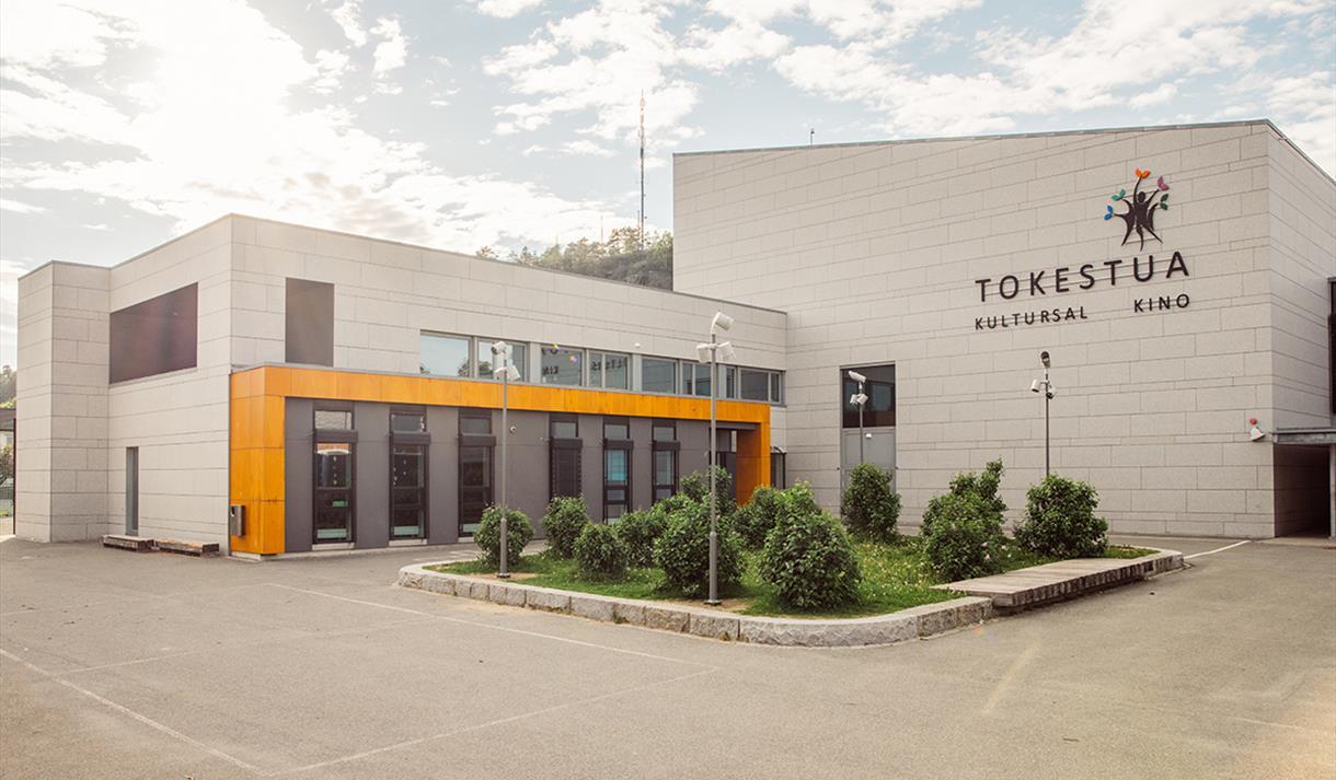 Inngang til Tokestua kulturhus i Drangedal