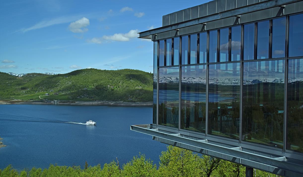Utsikt fra Hardangervidda Nasjonalparksenter mot møsvatn med fjellvåken