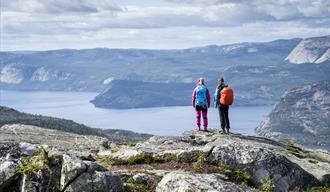 2 damer nyter utsikten over vråvatn fra venelifjell i Vrådal