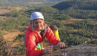 jente klatrer Via Ferrata på Gautefall