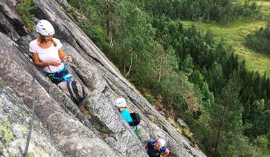 gruppe klatrer i Via Ferrata på Gautefall