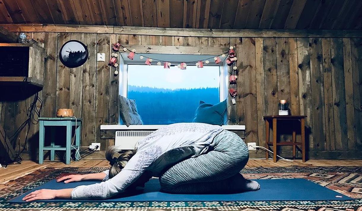 Yogalåva. På bilde en jente som gjør yoga.