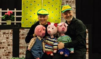 Teater Fabel; de tre små griser. 2 skuespillere med 3 dukkegriser.