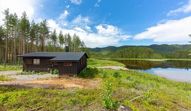 hytte ved innsjø sommer